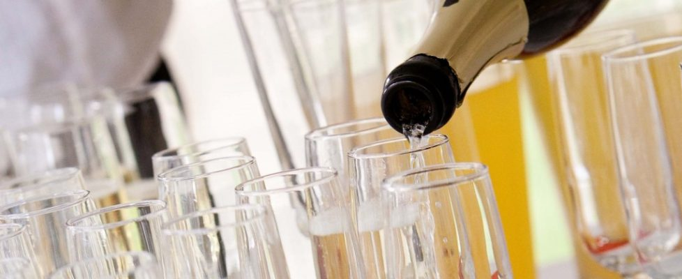 POURING WINE Fotolia_40417230_Subscription_Monthly_XL1